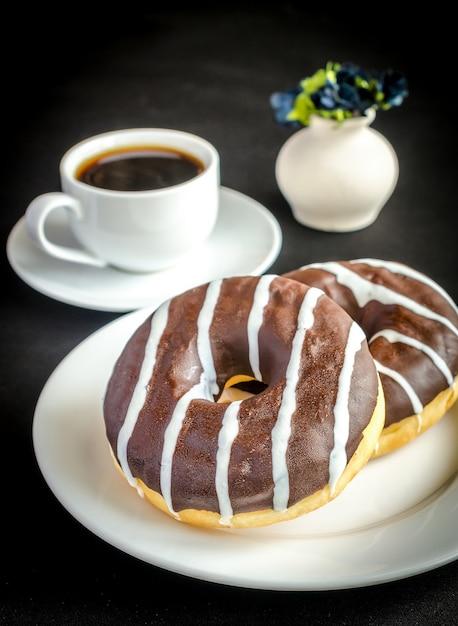 一杯のコーヒーとチョコレートドーナツ Premium写真
