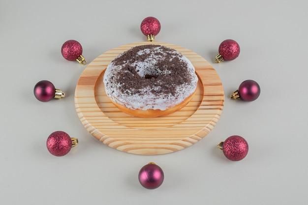 クリスマスボールとチョコレートドーナツ。 無料写真