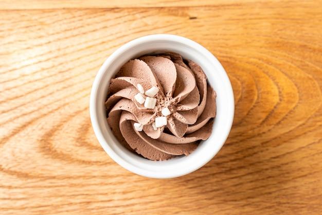 Chocolate mousse in bowl Premium Photo