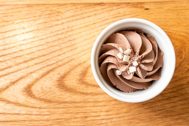 Chocolate mousse in bowl Premium Photo