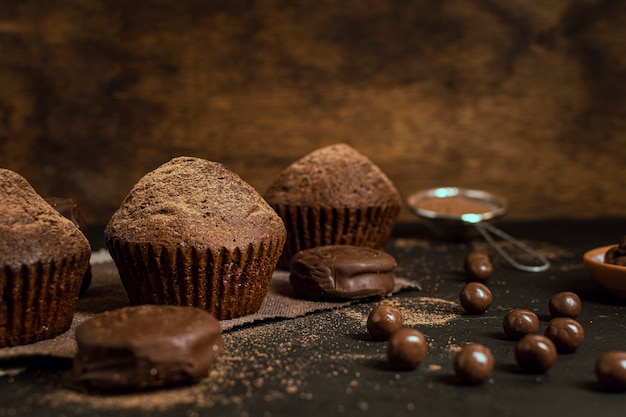 Chocolate muffins and cocoa chips Free Photo