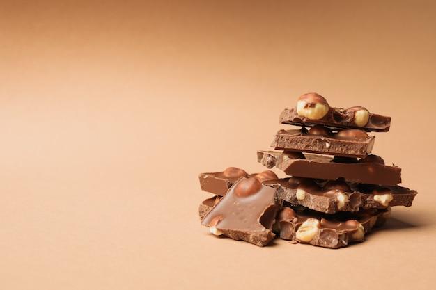 Шоколадные кусочки на бежевом. сладкая еда Premium Фотографии