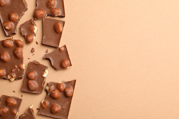 Кусочки шоколада на бежевом, вид сверху. сладкая еда Premium Фотографии