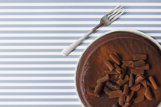 Chocolate shreds toppings on baked cake over the stripes background Free Photo
