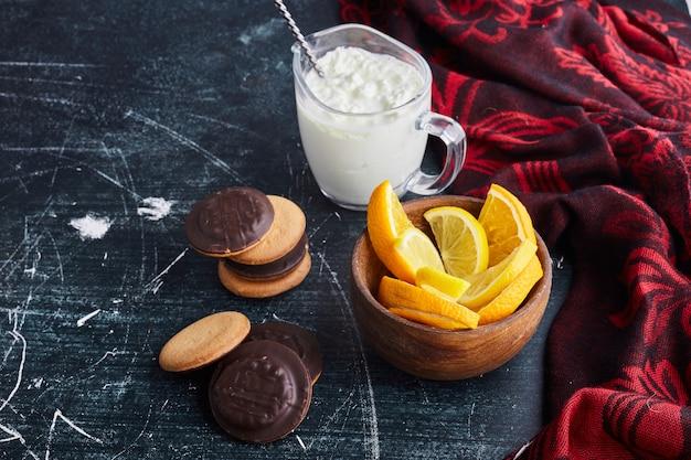 Шоколадное бисквитное печенье в деревянной чашке с творогом и апельсином. Бесплатные Фотографии