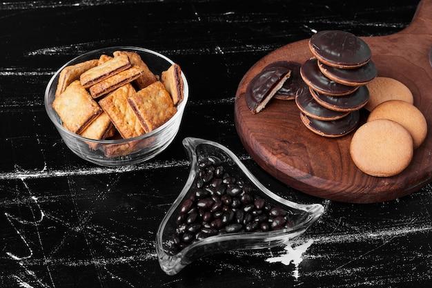 クラッカーと木の板にチョコレートスポンジクッキー 無料写真