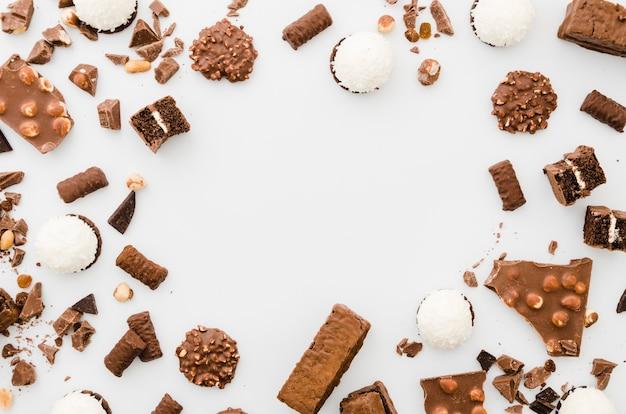 白い背景の上のチョコレート菓子 Premium写真