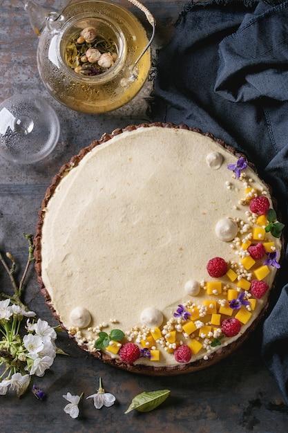 Chocolate tart with mango and raspberries Premium Photo