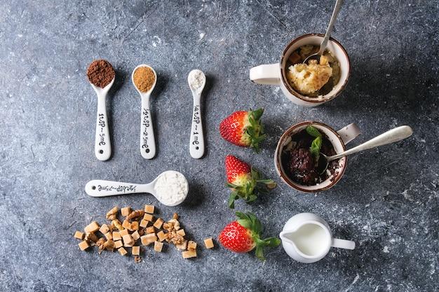 Chocolate and vanilla mug cakes Premium Photo