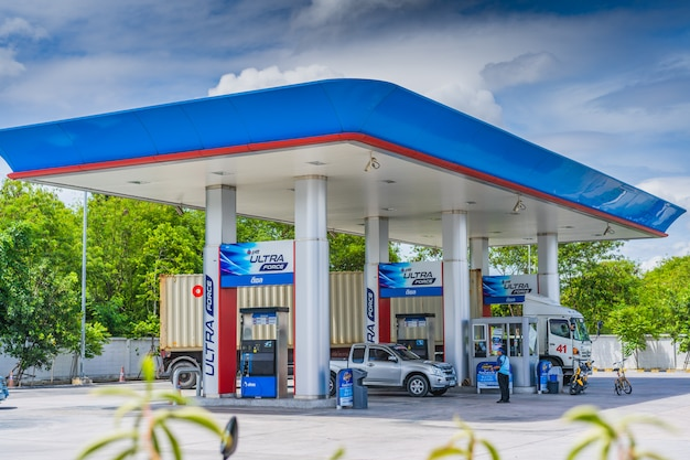 Chonburi, 12 may 2017: ptt gas station in chonburi, thailand. ptt is largest oil company in thailand Premium Photo
