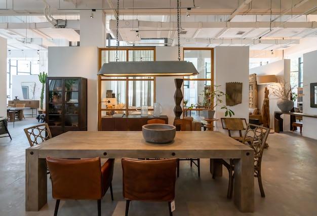 Чунцин, китай, 5 июня 2020 года: современная, светлая и уютная атмосфера комнатных квартир. генеральная уборка, обустройство дома и подготовка к продаже дома. деревянная загородная вилла Premium Фотографии