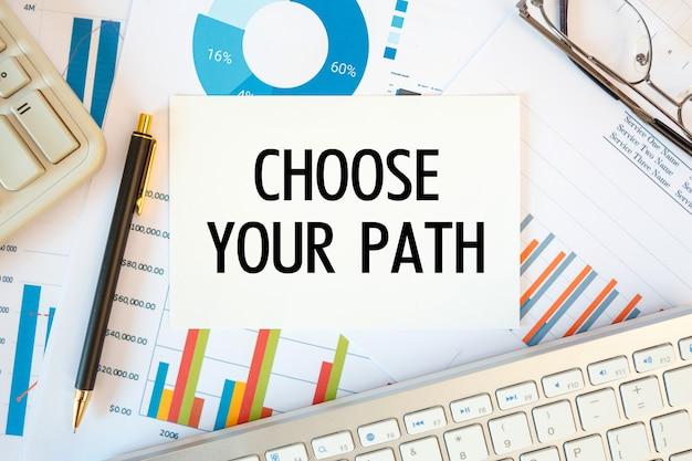 경로 선택은 사무실 액세서리, 다이어그램 및 키보드와 함께 사무실 책상의 문서에 기록됩니다. 프리미엄 사진