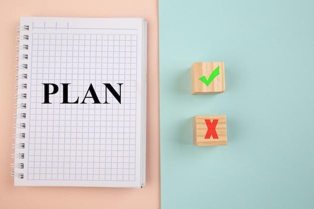 Выбор концепции. планируйте в блокноте и да или нет на деревянных блогах на красочном фоне. Premium Фотографии