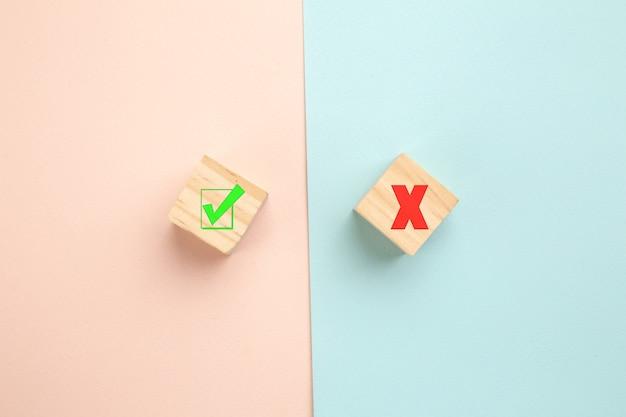 Выбор концепции. да или нет на деревянных блогах на красочном фоне. Premium Фотографии