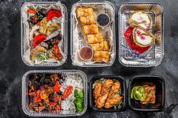 食べ物を奪うことを選ぶ。春巻き、餃子、餃子、デザートのお弁当。有機食品を取りに行きます。タイとアジアの伝統的な食べ物。 。 Premium写真