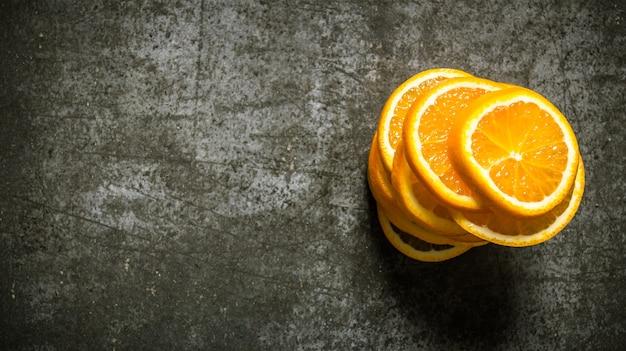 みじん切りの新鮮なオレンジ。テキスト用の空き容量。 Premium写真