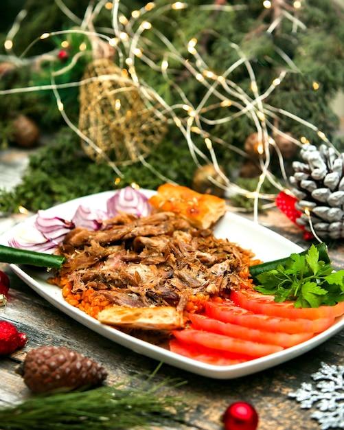 Нарезанное жареное мясо с нарезанными помидорами Бесплатные Фотографии