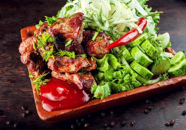 みじん切りにした焼きローストおいしいステーキ肉ラムポークプレート Premium写真