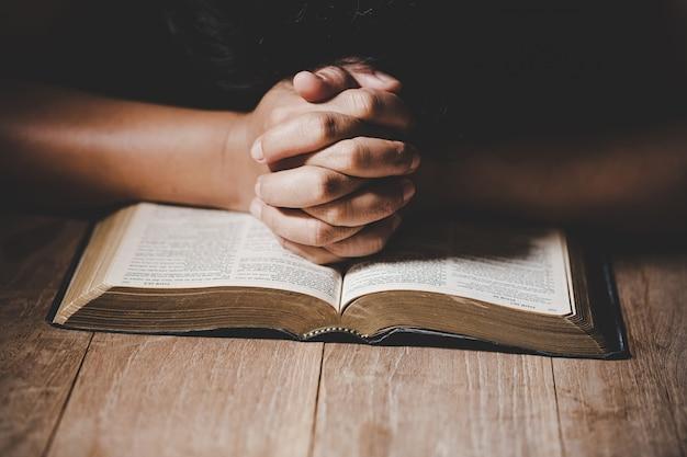 신에게 기독교 생활 위기기도. 무료 사진