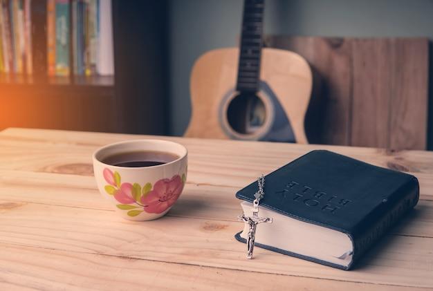 Christian man bible study Premium Photo