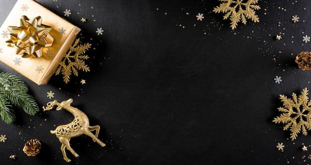 Рождество и новый год фон концепции. вид сверху рождественской подарочной коробки, еловые ветки Premium Фотографии
