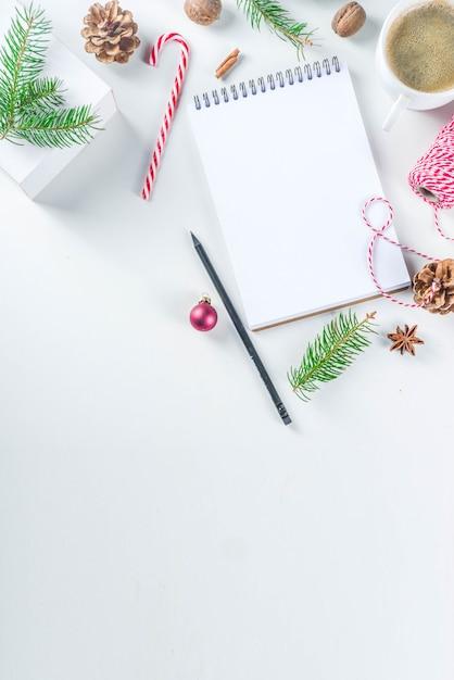 Рождество и новый год фон с пустым блокнотом Premium Фотографии