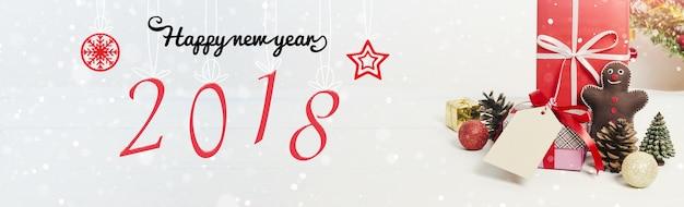 Рождественские и новогодние праздники подарочной коробке с декоративным орнаментом на белом деревянный стол Premium Фотографии