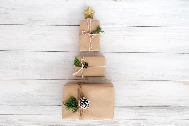 크리스마스와 새해 선물, 공예 및 수제 선물 상자. 창의적 평면 레이아웃 및 평면도 구성 프리미엄 사진