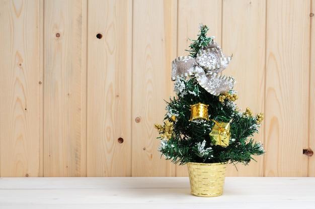 木製の背景におもちゃとクリスマスと新年のツリー Premium写真