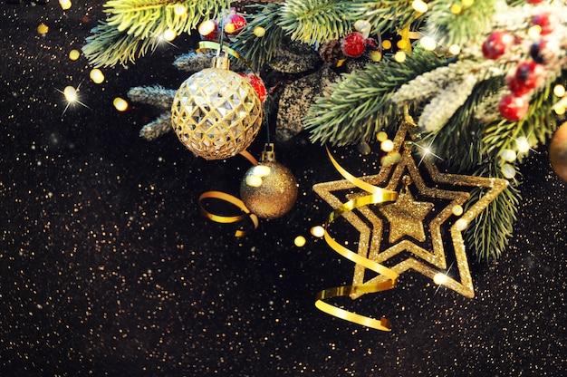 クリスマスの背景、クリスマスの飾りとクリスマスツリーブランチ Premium写真