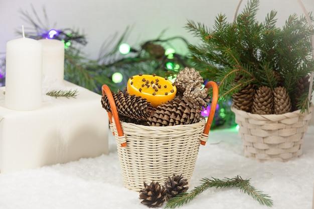 Новогодний фон: сладости, апельсин, сосновые шишки и еловые ветки. вид сверху Premium Фотографии