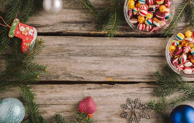 Новогодний фон с шарами и еловыми ветками на деревянной поверхности Бесплатные Фотографии