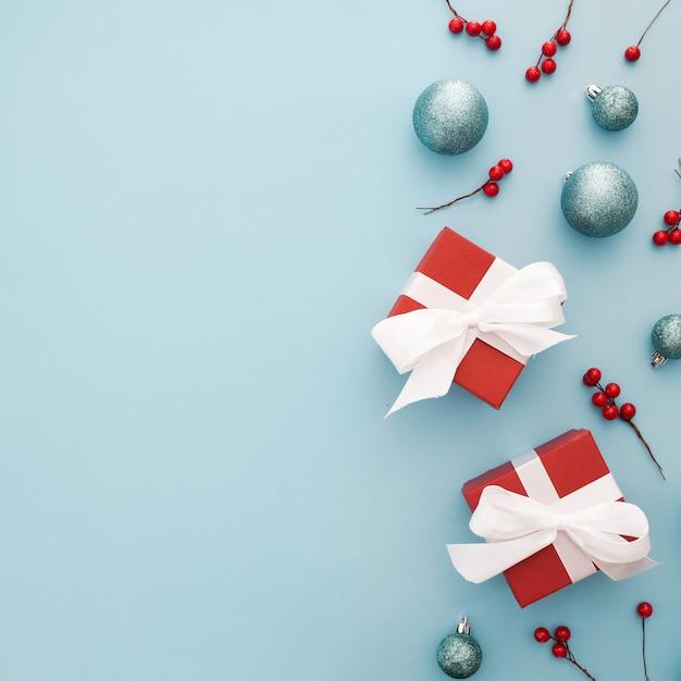 파란 공, 빨간 선물 및 미 슬 토 크리스마스 배경 무료 사진