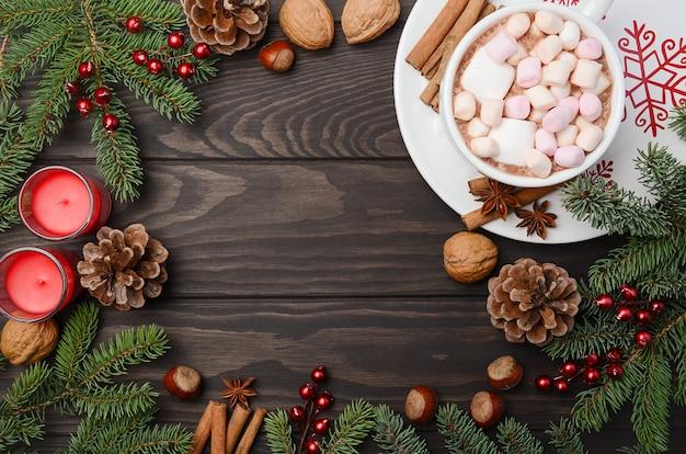 ホットチョコレートとクリスマスの背景。トップビュー、コピースペースを持つ水平。 Premium写真