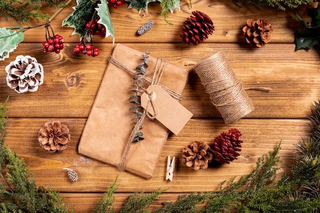 Рождественский фон с подарком и сосновые шишки Бесплатные Фотографии