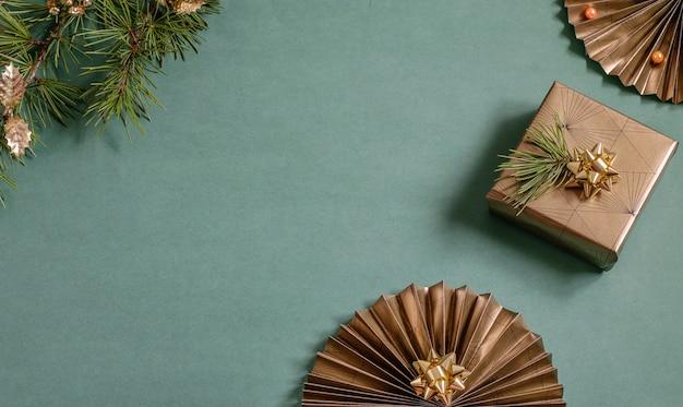 스파클 종이 팬, 선물 포장 된 상자와 크리스마스 트리 분기 크리스마스 배경. 수제 친환경 선물, Diy 개념. 상위 뷰, 복사 공간이있는 평면 위치 사진. 프리미엄 사진