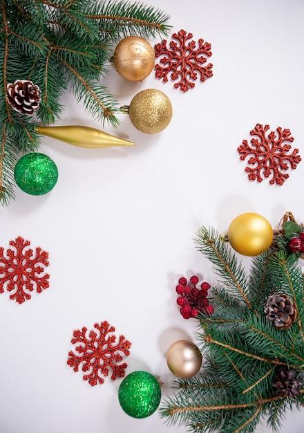 나뭇 가지 장난감 및 장식 눈송이와 크리스마스 배경 프리미엄 사진