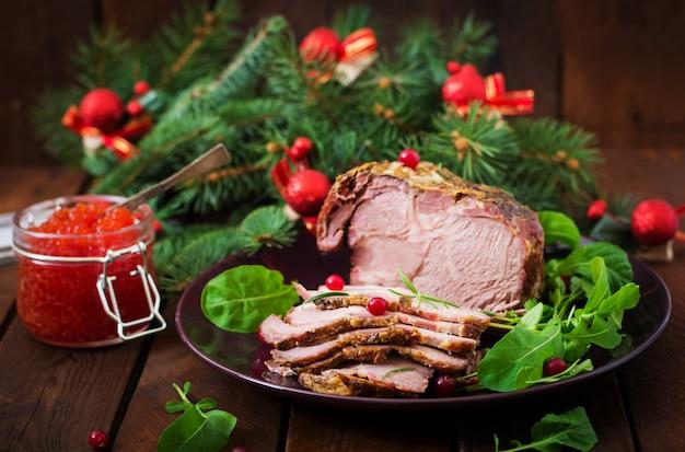 Рождество запеченная ветчина и красная икра, подается на старый деревянный стол. Бесплатные Фотографии