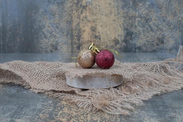 Tavolo in marmo di palle di natale con tela. foto di alta qualità Foto Gratuite