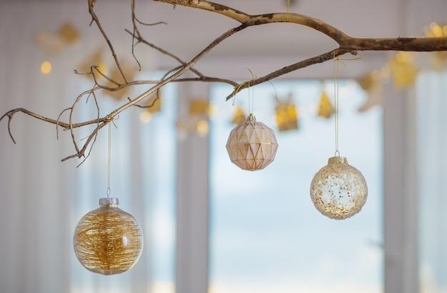 배경 창에 황금 지점에 크리스마스 공 프리미엄 사진