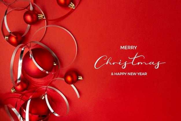 빨간색 배경에 크리스마스 공 무료 사진