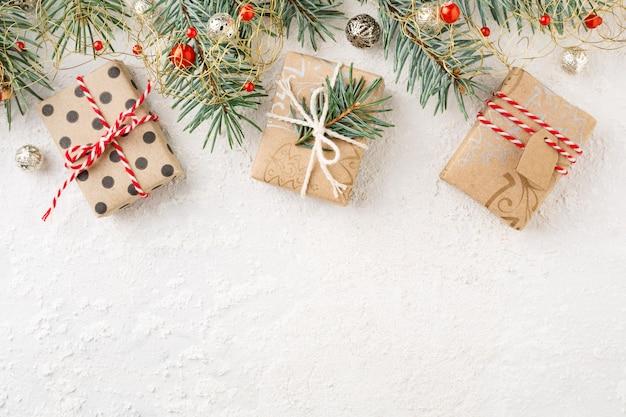 크리스마스 선물 상자, 장식품, 흰색 배경에 가문비 나무의 크리스마스 테두리. 프리미엄 사진