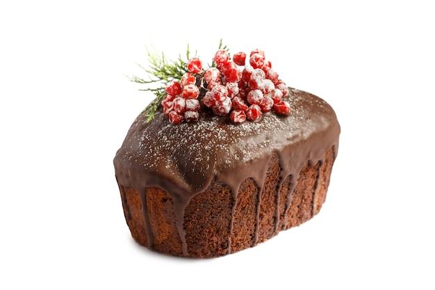 クリスマスケーキ。白い背景の上のチョコレートケーキ分離 Premium写真