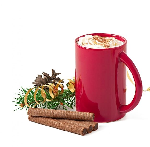 ホイップクリームをトッピングした赤いコーヒーカップ付きのクリスマスカード 無料写真