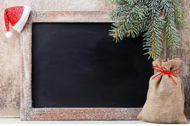 Доска рождества и украшение над деревянным фоном. Premium Фотографии