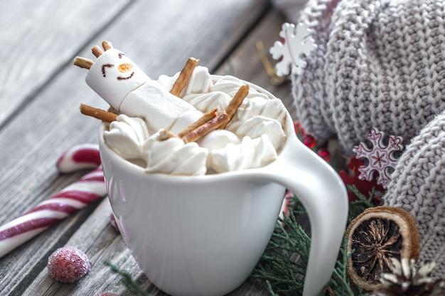 居心地の良いお祝いの雰囲気の中で木製の背景にマシュマロとクリスマスココアコンセプト 無料写真