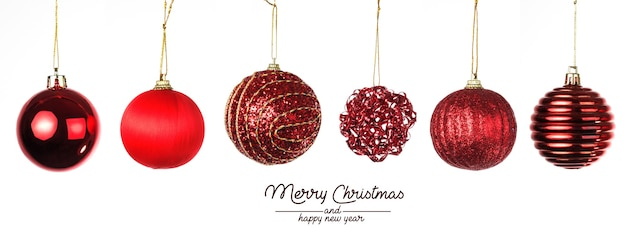 크리스마스 구성. 화이트에 레드 크리스마스 공입니다. 프리미엄 사진