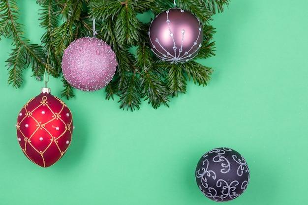 고립 된 전나무 나무 가지에 크리스마스 구성 장식 프리미엄 사진