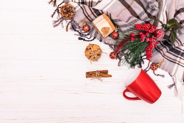크리스마스 구성. 흰색 바탕에 크리스마스 장식의 프레임에 의하여 이루어져있다. 평면 평신도, 평면도. 무료 사진