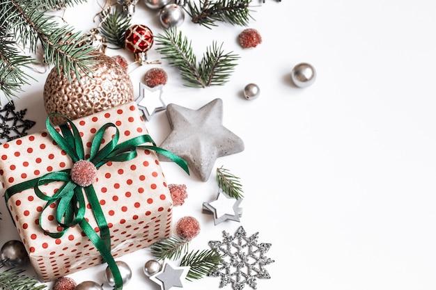Новогодняя композиция. подарки, ветки ели, красные украшения на белой стене. зима, новогодняя концепция. плоская планировка, изометрия, место для текста Бесплатные Фотографии